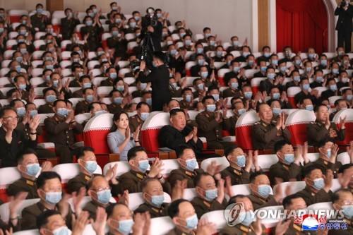 金正恩携夫人李雪主观看军属艺术演出