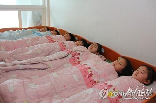 朝鲜幼儿园小朋友午睡