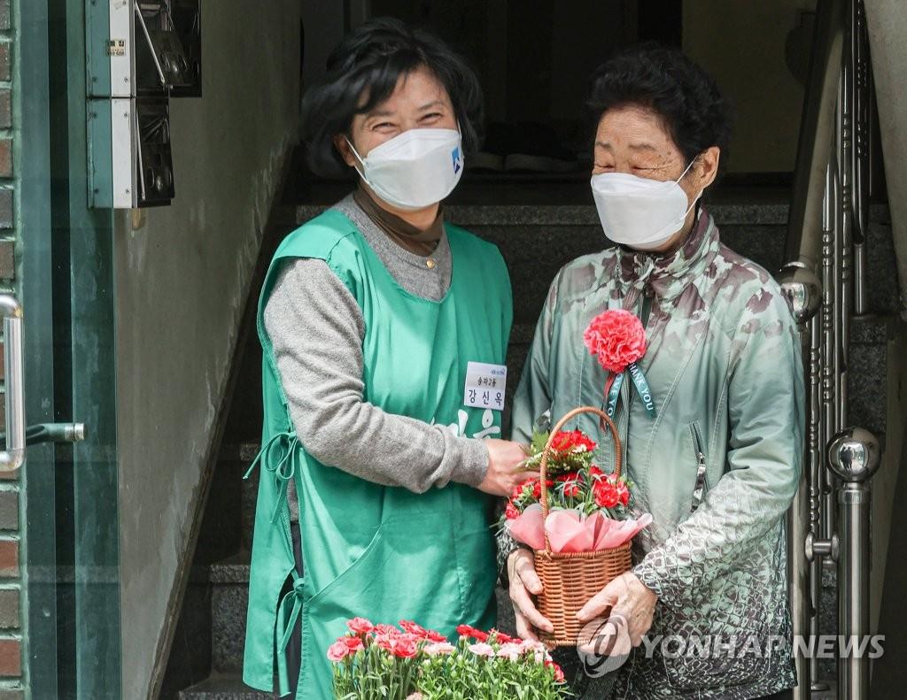 迎父母节为独居老人送花