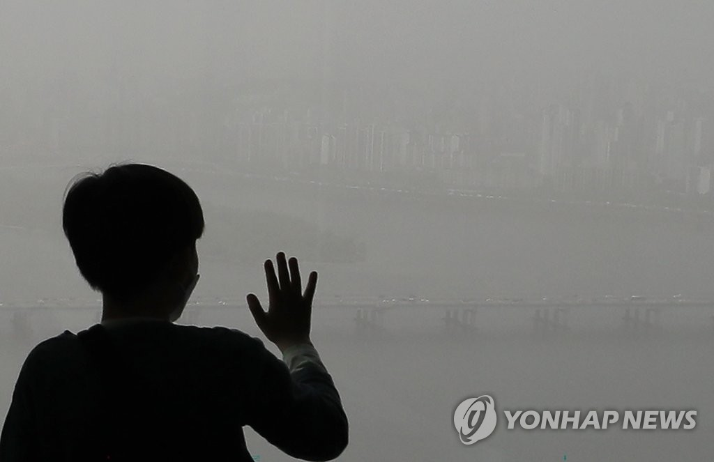 5月7日,从位于首尔市汝矣岛的63大厦远眺,首尔市区被笼罩在一片灰蒙蒙的雾霾中,能见度非常低。 韩联社