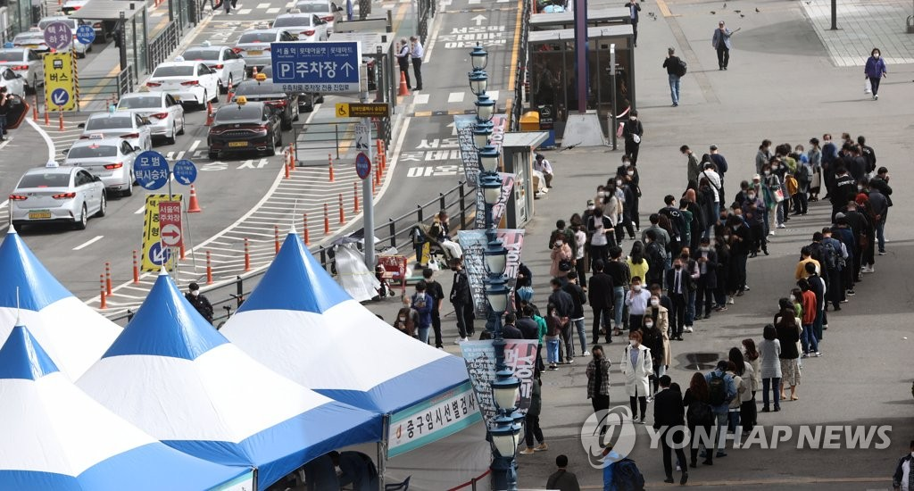 资料图片:首尔火车站的核酸检测点 韩联社