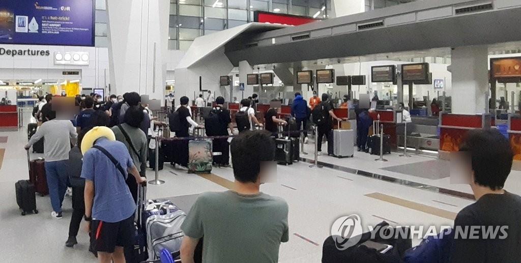 当地时间5月8日,在印度英迪拉·甘地国际机场,当地韩企人员准备乘坐韩亚航空临时航班回国。 韩联社/韩国驻印度大使馆供图(图片严禁转载复制)