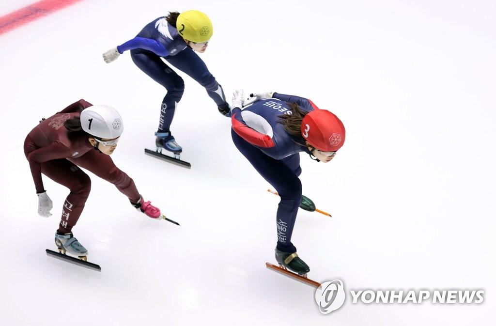 5月9日,在首尔市卢原区的泰陵滑冰场,沈锡希在1000米决赛中领跑。 韩联社