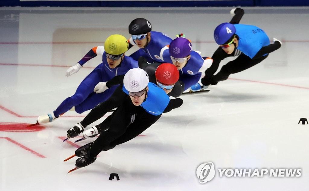 5月9日,在首尔市卢原区的泰陵滑冰场,黄大宪在1500米决赛中领跑。 韩联社