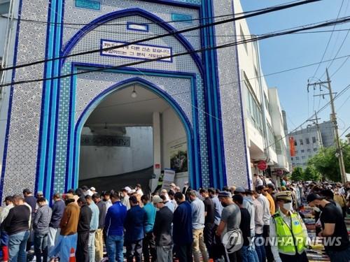 在韩穆斯林开斋节聚集礼拜