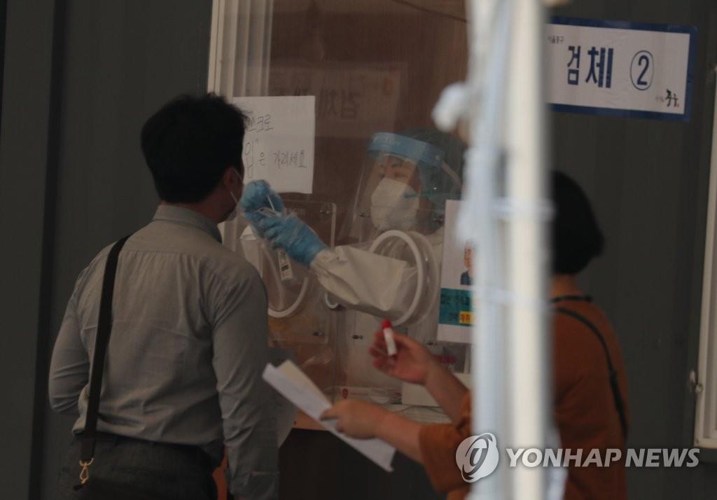 资料图片:接受新冠病毒检测的市民 韩联社