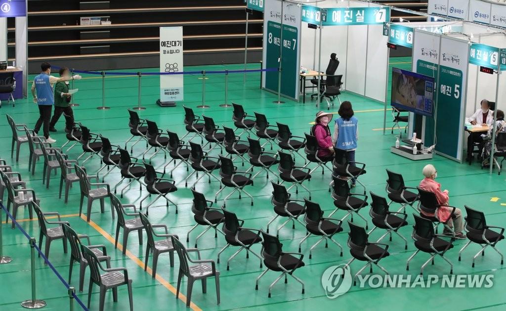 资料图片:首尔市东大门区新冠疫苗预防接种中心 韩联社