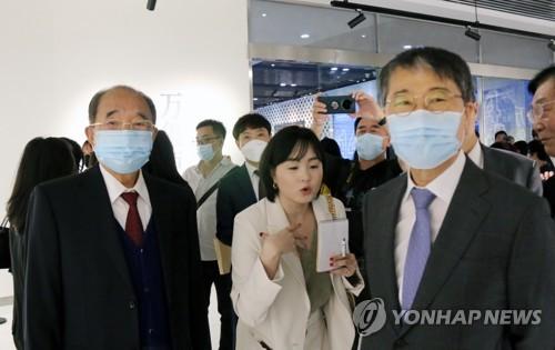 韩驻华大使观看韩中水墨画交流展