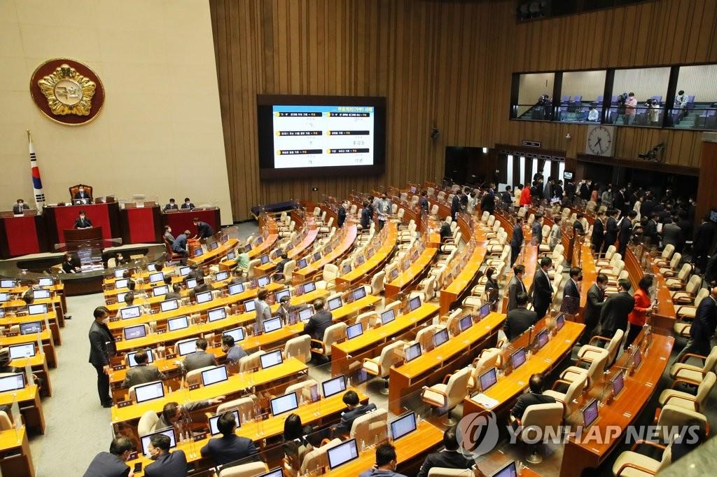 5月13日,在首尔市的汝矣岛,国民力量党籍议员集体退场抗议民主党执意批准任命金富谦为总理。 韩联社