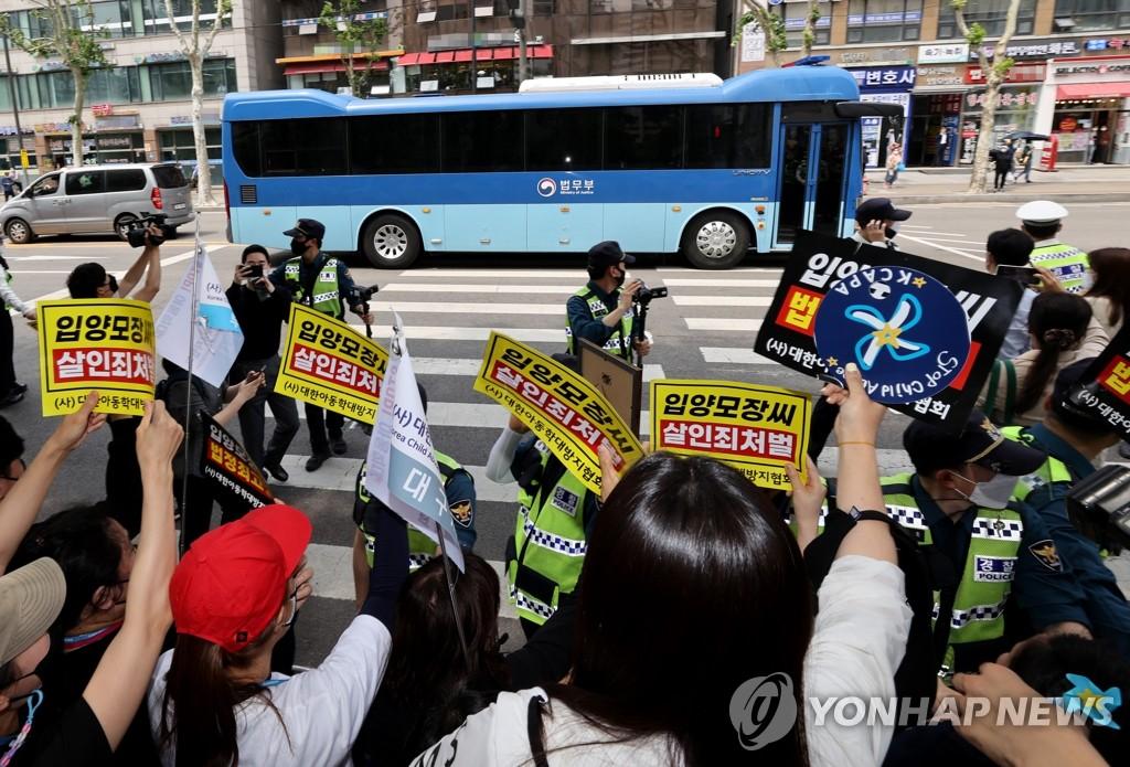"""5月14日,在审理""""郑仁""""案的首尔南部地方法院前,市民向主犯张某乘坐的车辆举牌抗议。 韩联社"""