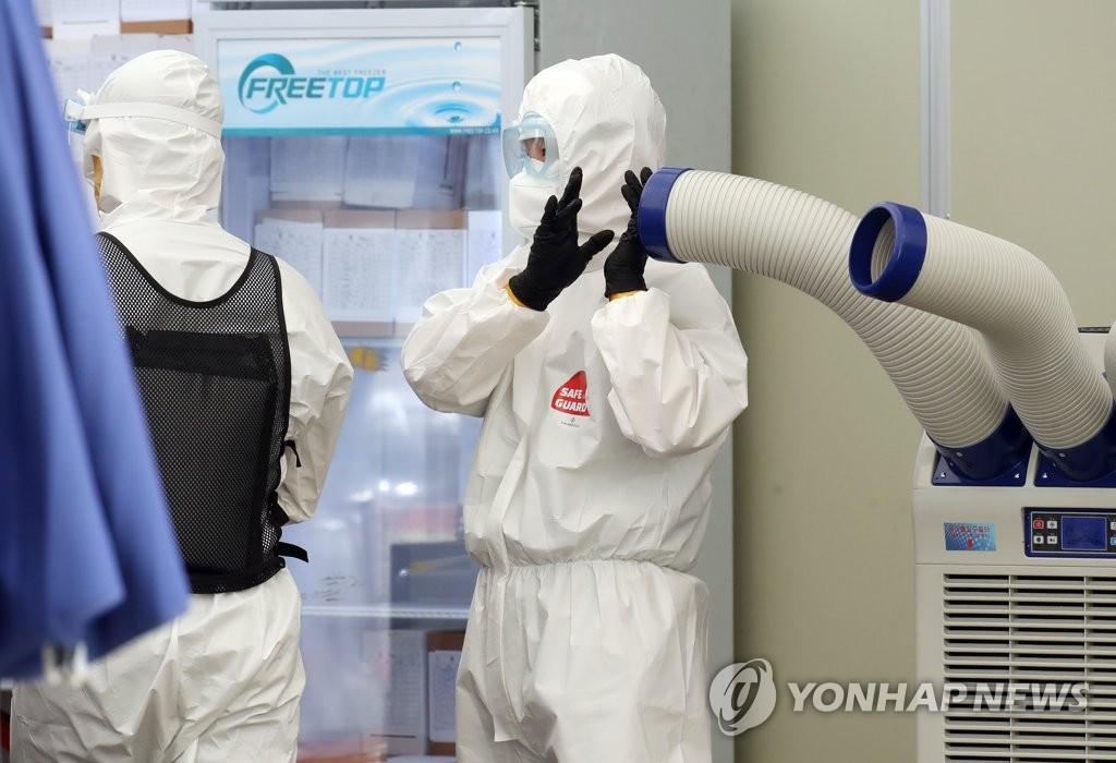 资料图片:医护人员高温天下坚守岗位。 韩联社
