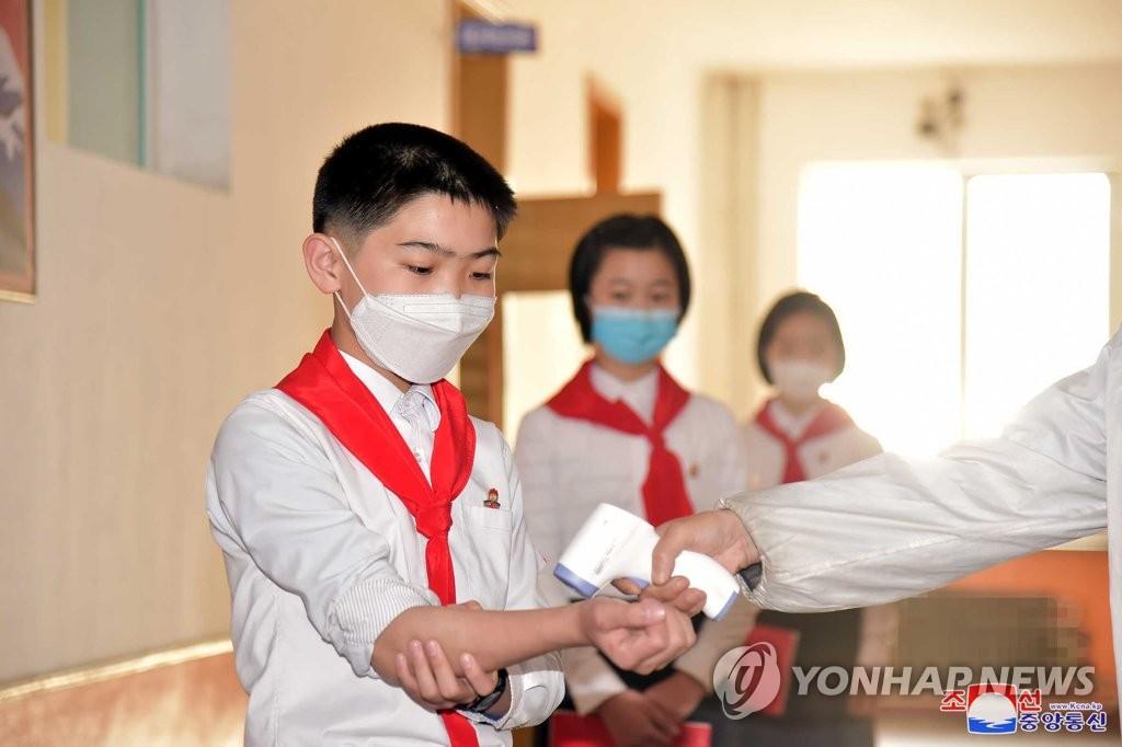 朝鲜初中生戴口罩测温