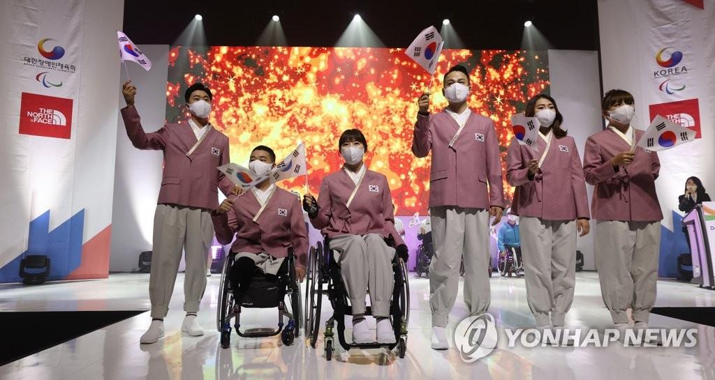 5月17日,在大韩残疾人体育会京畿道利川训练院,东京残奥会韩国代表团的队员们身着队服亮相东京残奥会百日倒计时媒体日活动。 韩联社