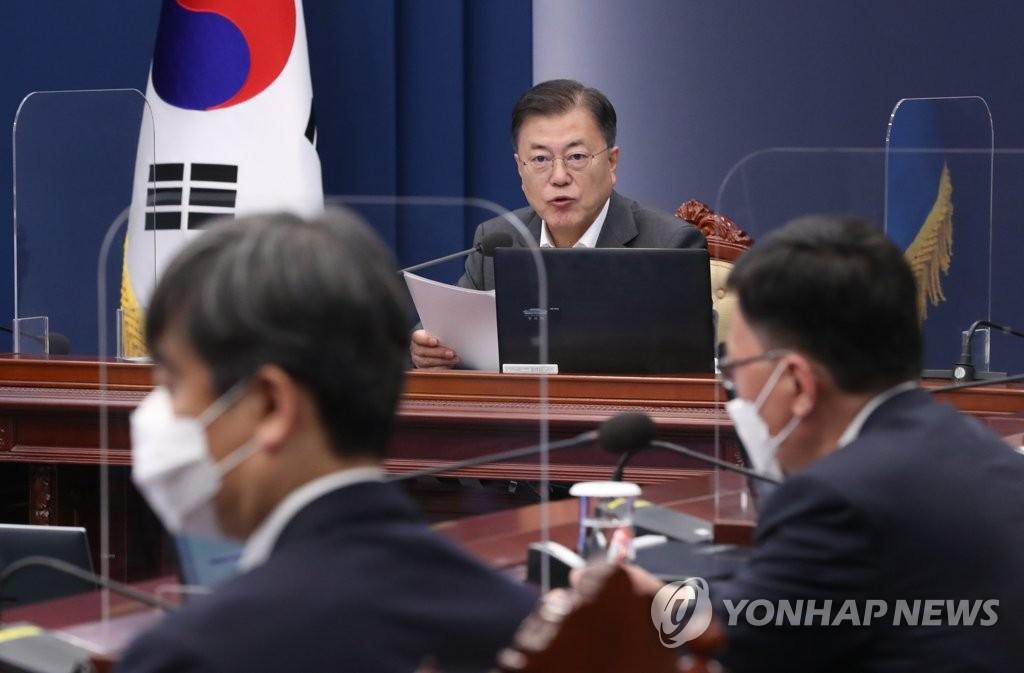 5月17日,在青瓦台,文在寅主持召开幕僚会议。 韩联社