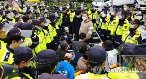 萨德基地前警民对峙
