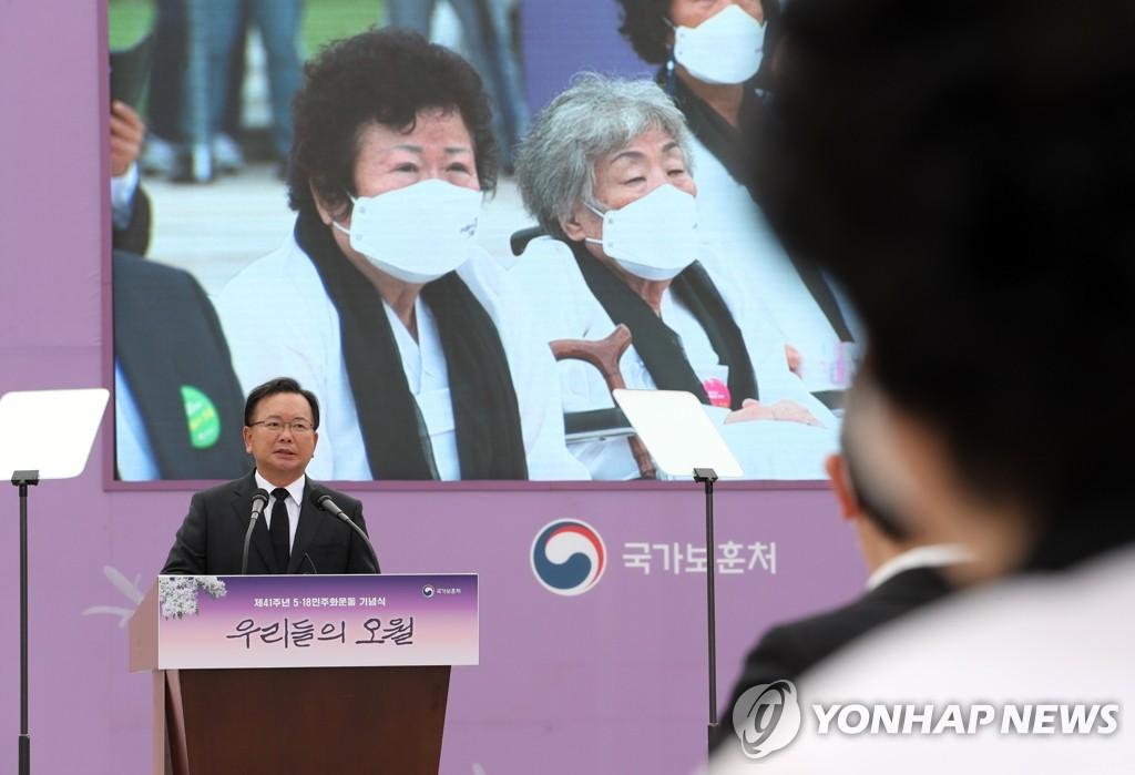 5月18日,在位于光州北区的国立五一八民主公墓,国务总理金富谦为五一八民运41周年纪念仪式致辞。 韩联社