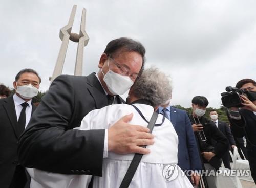 韩总理安慰民运牺牲者遗属