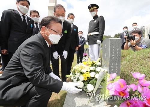 韩国总理参谒光州民运牺牲者墓地