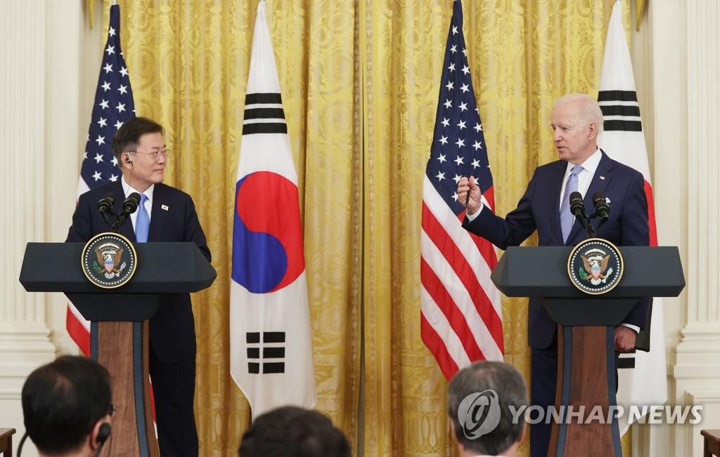当地时间5月21日下午,在美国白宫,韩国总统文在寅(左)和美国总统拜登在会谈结束后共同会见记者。 韩联社