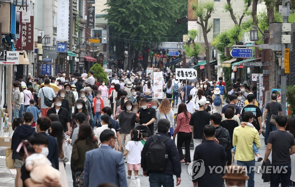资料图片:5月23日,位于首尔市钟路区的仁寺洞挤满游客。 韩联社