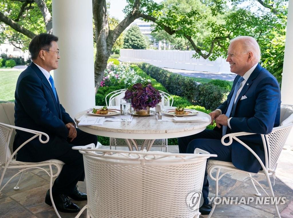 资料图片:当地时间5月21日,在美国白宫,韩国总统文在寅(左)与美国总统拜登共进午餐。 韩联社/青瓦台供图(图片严禁转载复制)
