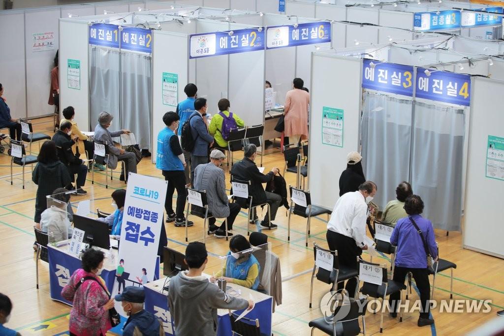 资料图片:5月25日,在首尔道峰区的一处设疫苗接种站,老年人排队等待接种辉瑞新冠疫苗。 韩联社