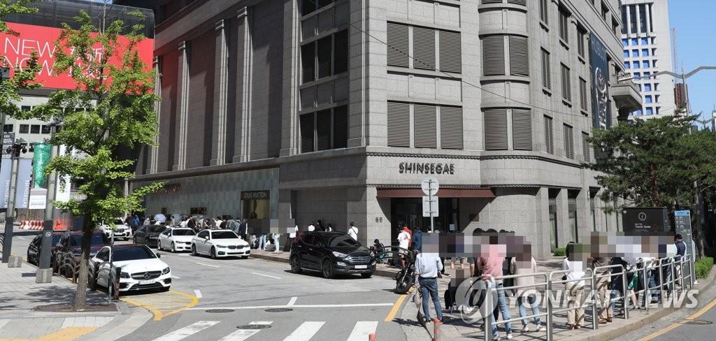 资料图片:百货店名牌门店前的长龙 韩联社