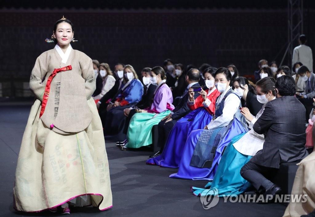 5月31日,韩国第一夫人金正淑女士(右四)出席环保服装展助力P4G峰会。 韩联社