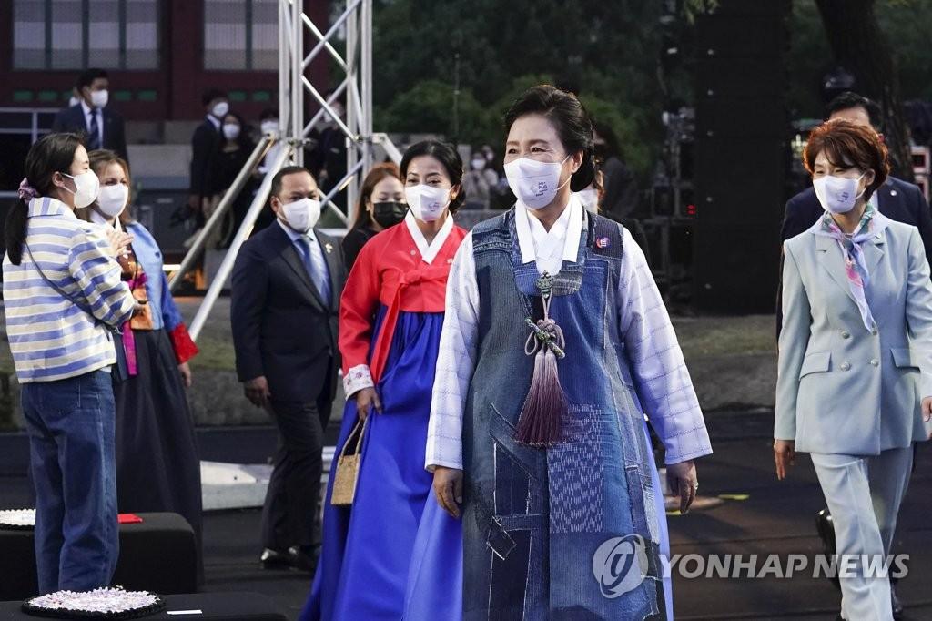 韩总统夫人出席环保服装展助力P4G峰会