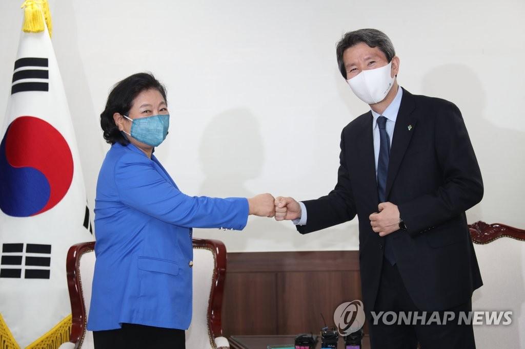 6月1日,韩国统一部长官李仁荣(右)会见现代集团会长玄贞恩。 韩联社