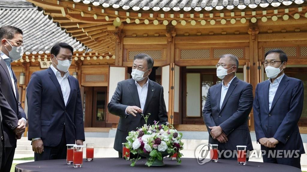 6月2日,在青瓦台,文在寅同四大企业集团掌门亲切交谈。 韩联社