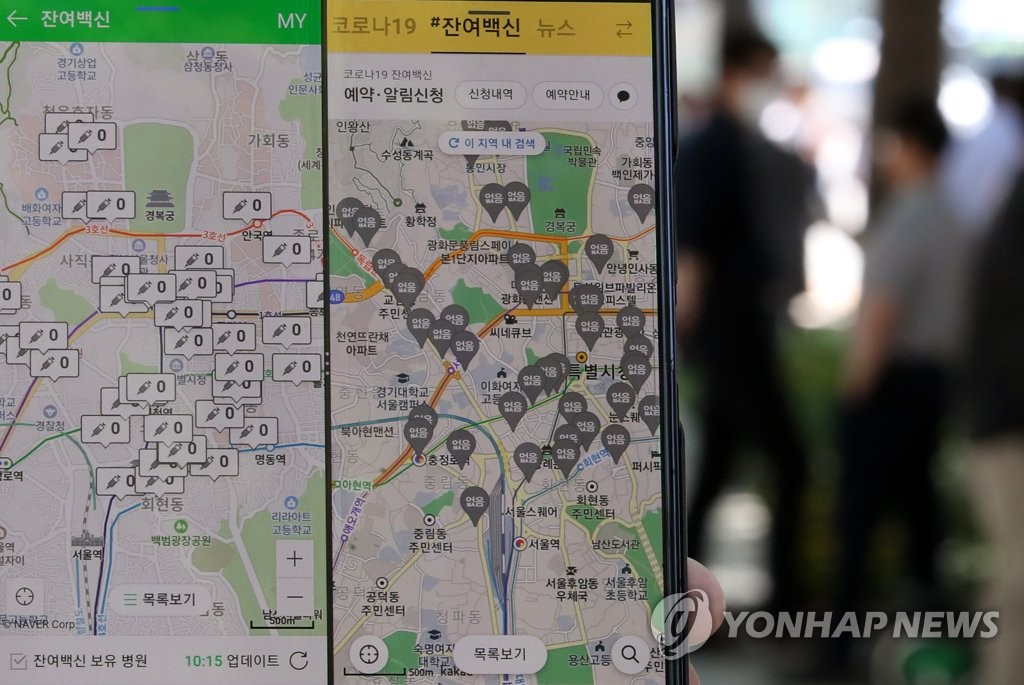 资料图片:韩国门户网站NAVER、NAVER地图APP(左)、聊天工具KakaoTalk和KAKAO地图APP(右)提供实时查询临近接种点的疫苗余量并预约接种的服务。 韩联社