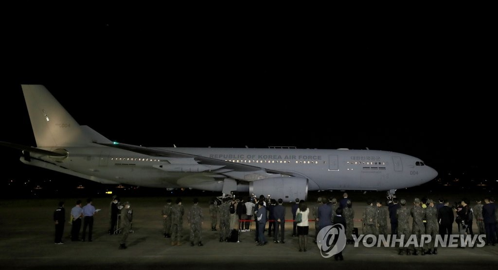 6月5日凌晨0时40分许,一架负责运输美国提供的101.28万人份杨森疫苗的韩国军机飞抵京畿道城南首尔机场。 韩联社/联合摄影记者团