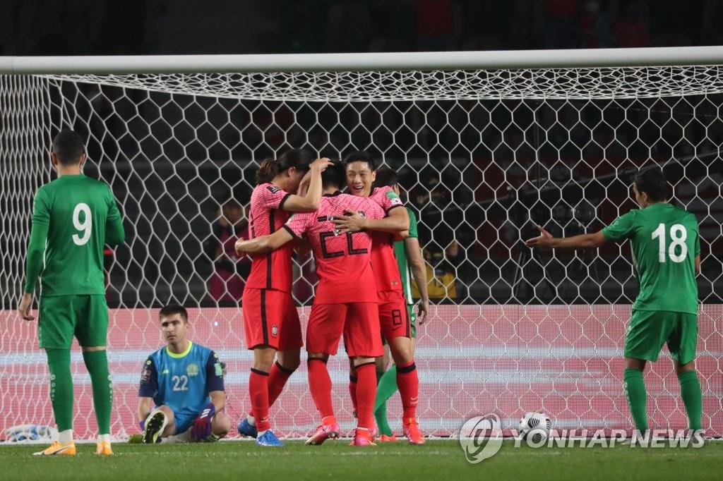 6月5日,在韩国高阳综合体育场举行的2022年世界杯预选赛亚洲区40强赛中,韩国队主场5-0大胜土库曼斯坦队。图为韩国队庆祝权昶勋补射破门。 韩联社