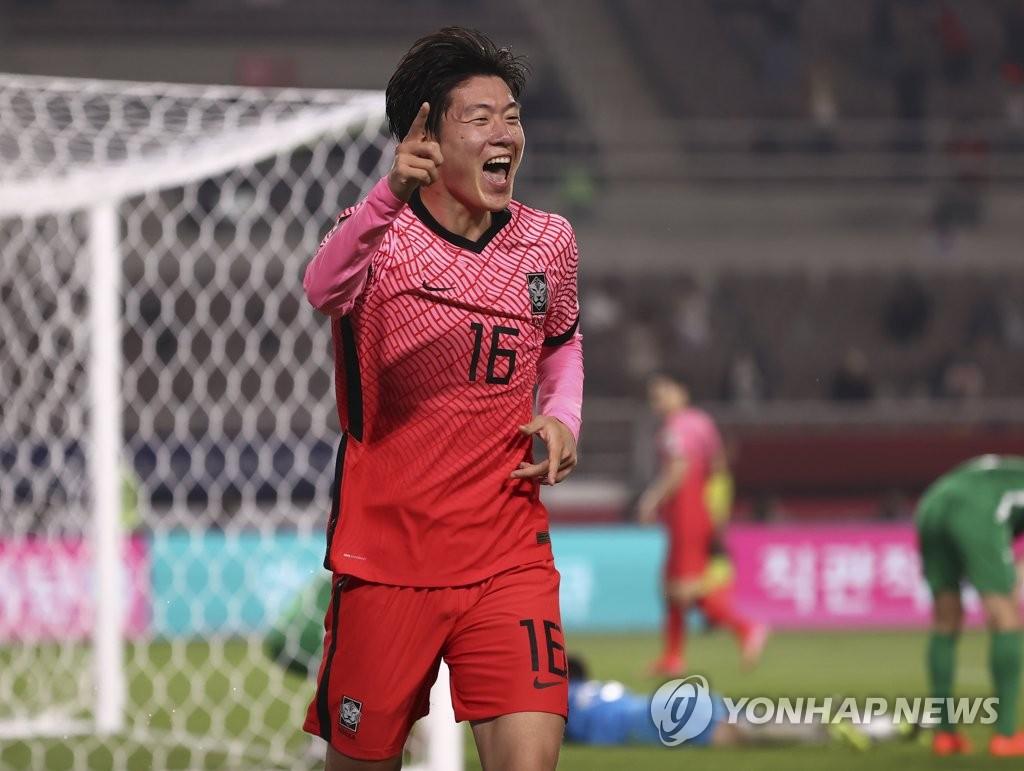 6月5日,在韩国高阳综合体育场举行的2022年世界杯预选赛亚洲区40强赛中,韩国队主场5-0大胜土库曼斯坦队。图为黄义助庆祝进球。 韩联社