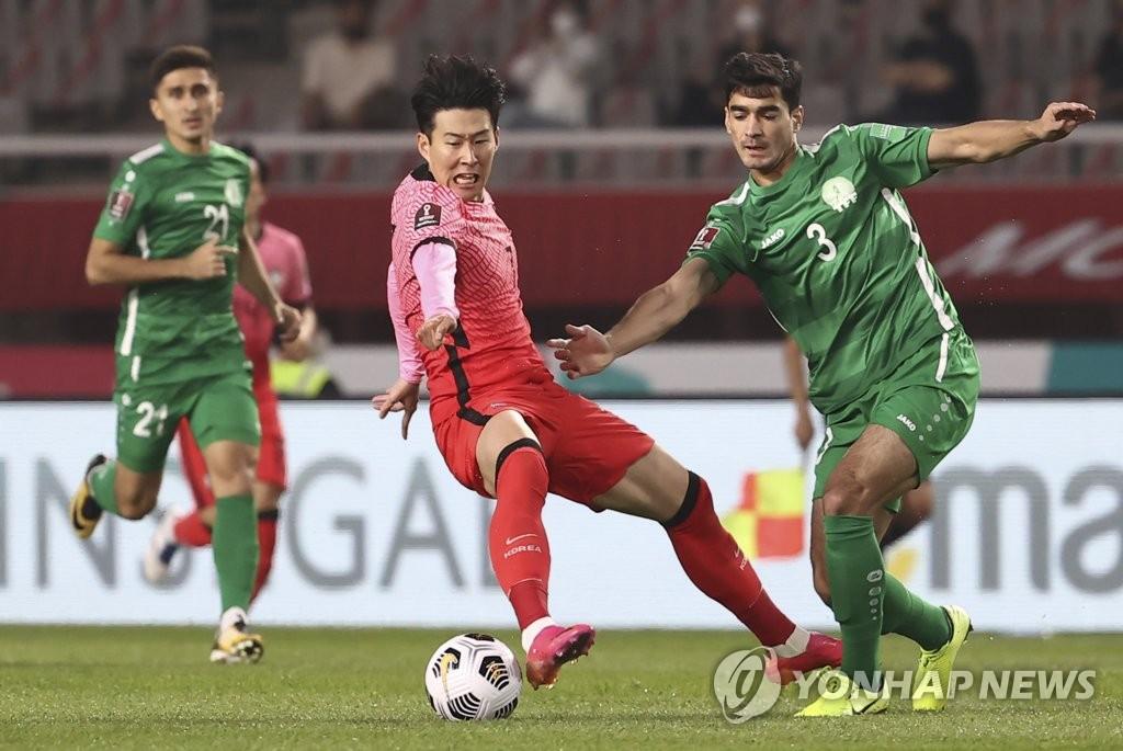 6月5日,在韩国高阳综合体育场举行的2022年世界杯预选赛亚洲区40强赛中,韩国队主场5-0大胜土库曼斯坦队。红衣为韩国队孙兴慜。 韩联社