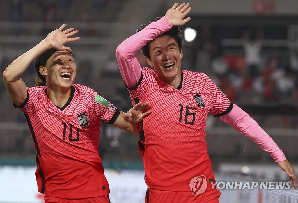 6月5日,在韩国高阳综合体育场举行的2022年世界杯预选赛亚洲区40强赛中,韩国队主场5-0大胜土库曼斯坦队。图为黄义助(右)庆祝进球。 韩联社