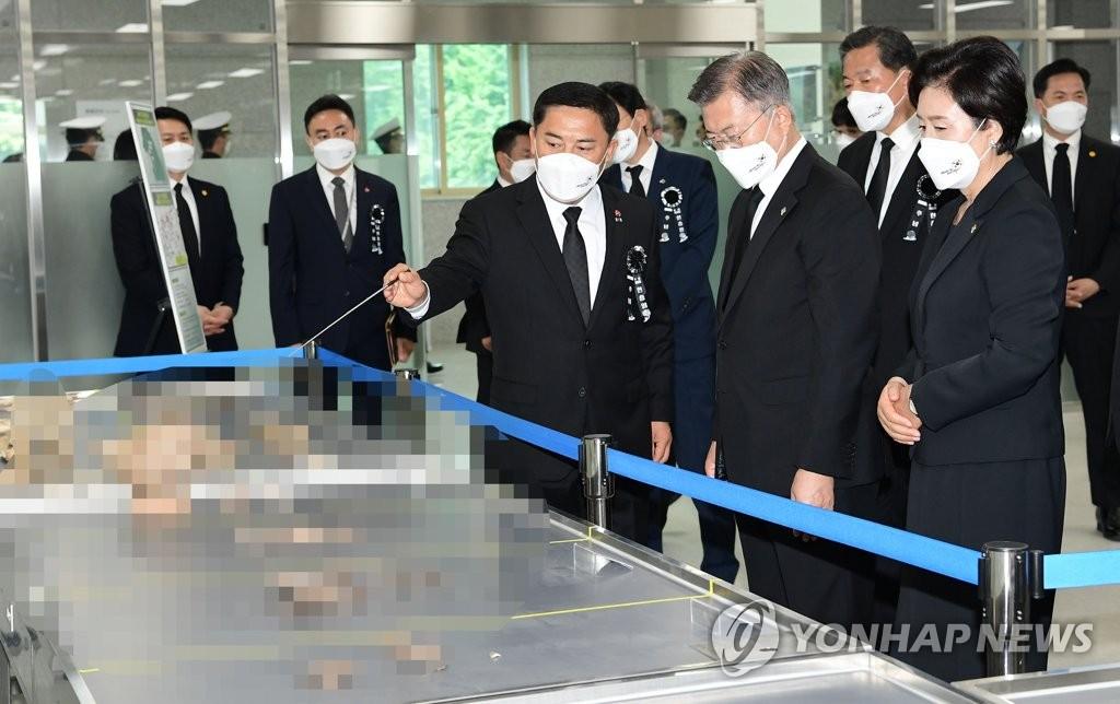 文在寅访问韩军遗骸身份确认中心