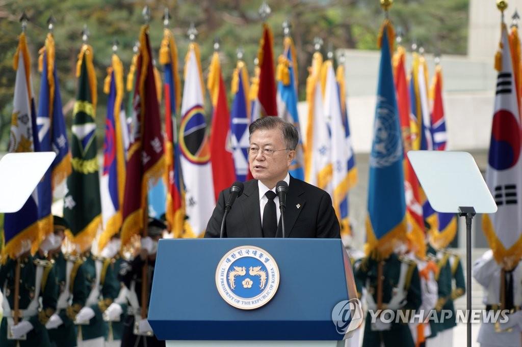 资料图片:6月6日上午,在首尔市铜雀区国立首尔显忠院,文在寅出席第66届显忠日纪念仪式并致词。 韩联社