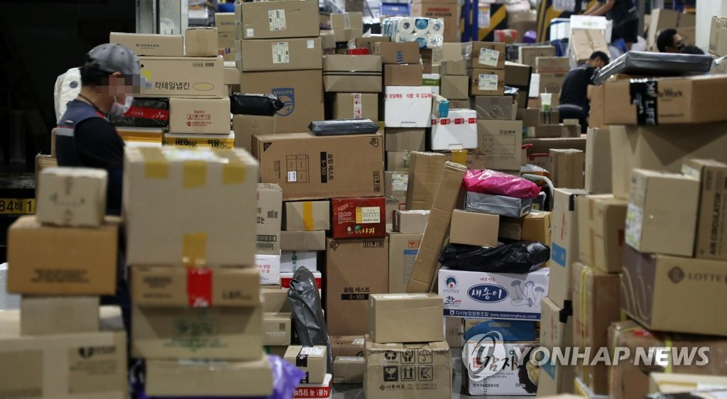 6月9日,在首尔综合物流中心,因快递工会罢工,快递堆积如山。 韩联社