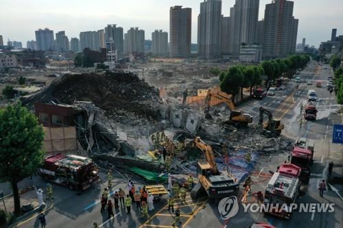 韩光州市拆迁楼倒塌致8人重伤