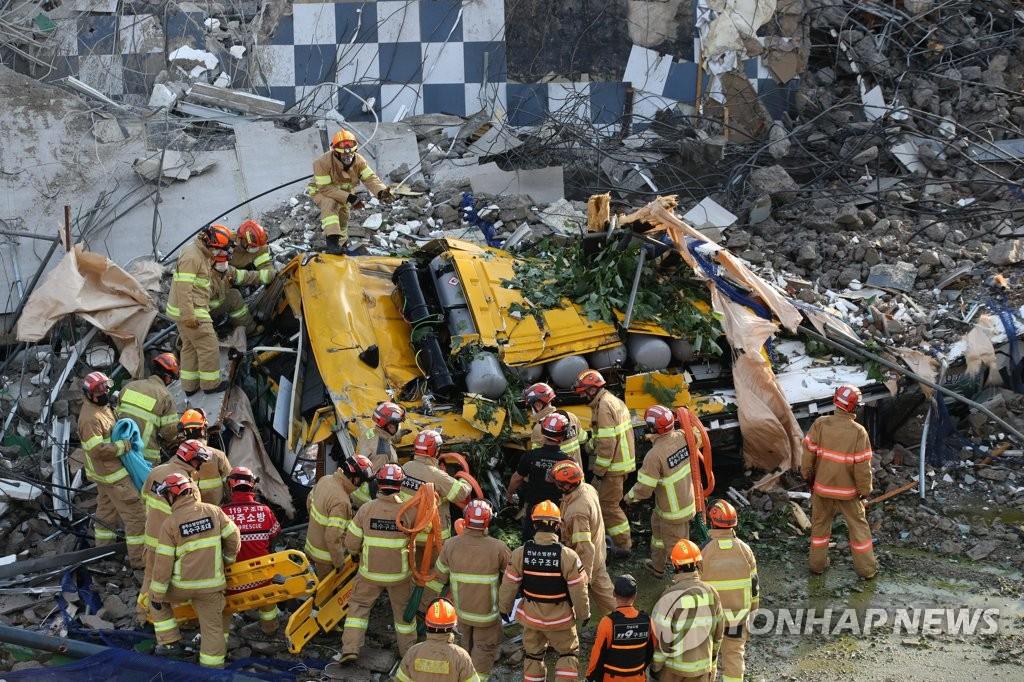 详讯:韩光州市拆迁楼倒塌致9人死亡8人受伤