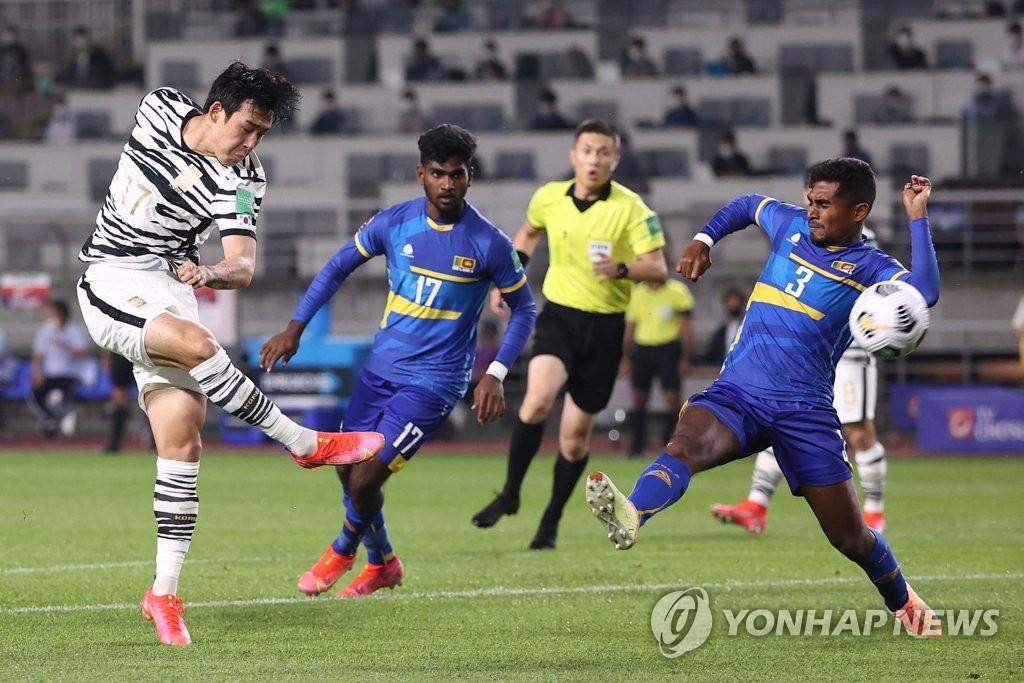 资料图片:韩国男足运动员宋旻揆(左一) 韩联社