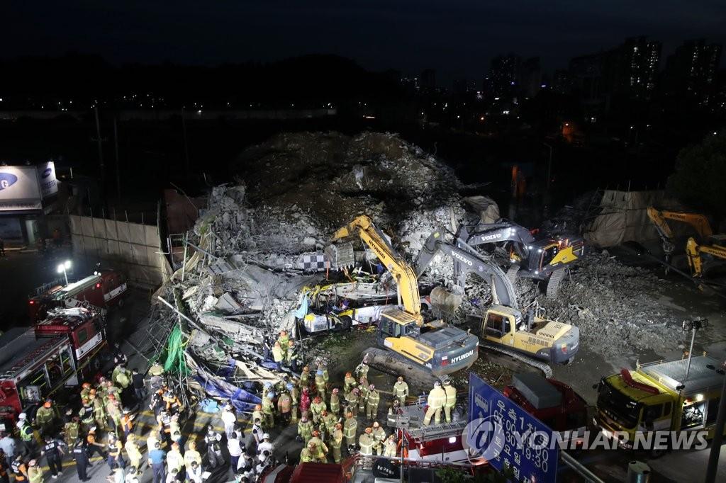 资料图片:6月9日下午4时22分许,位于光州市东区鹤洞的一栋5层拆迁楼倒塌,导致一辆公交车被埋,造成9人死亡,8人重伤。图为事故现场。 韩联社