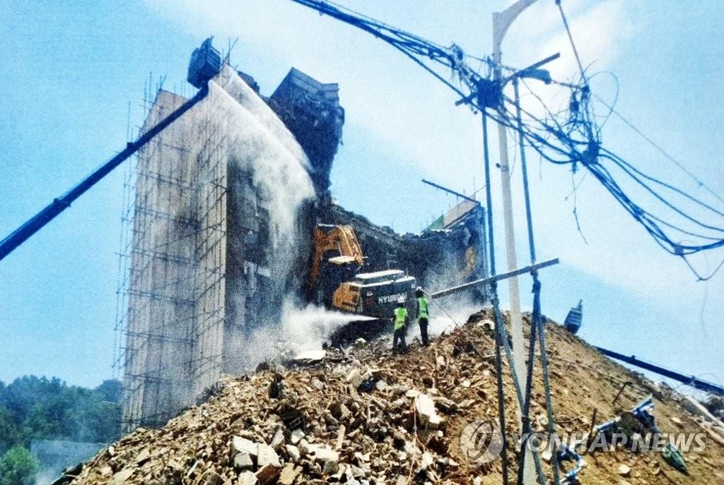 倒塌事故前的拆楼现场 读者供图(图片严禁转载复制)