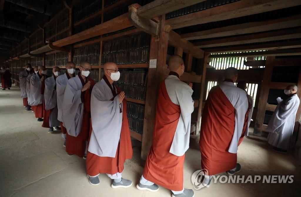 八万大藏经向公众开放参观