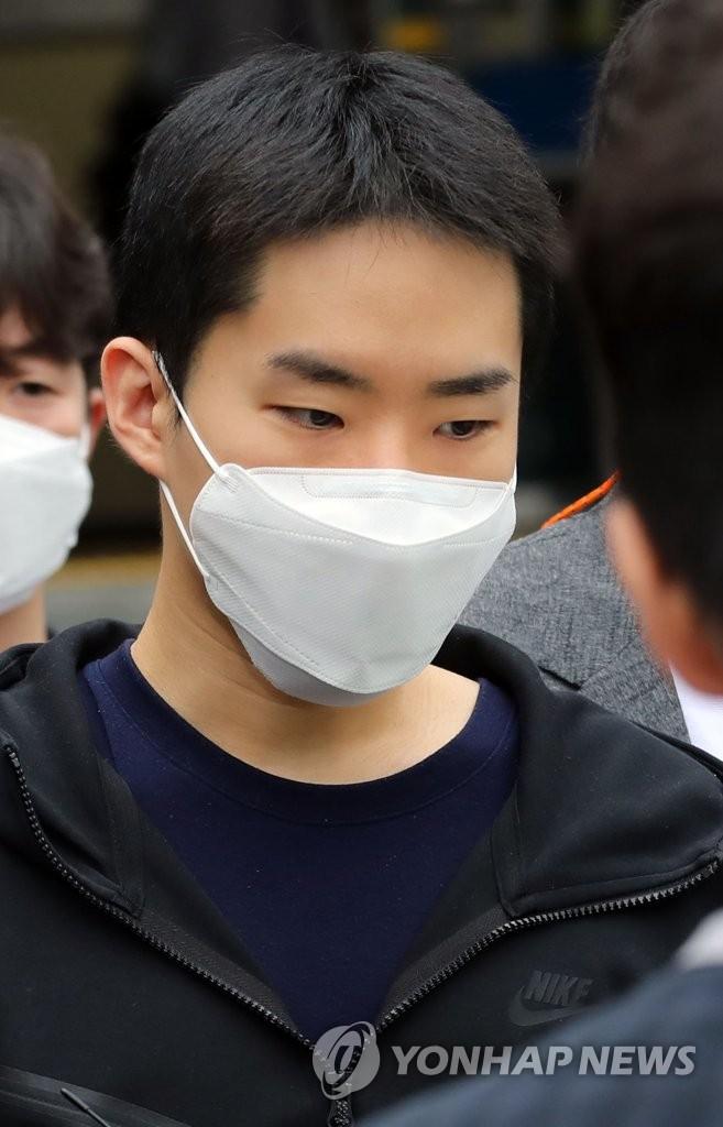 6月11日,在首尔钟路警察署,涉嫌非法散布祼聊视频案的嫌疑人金永俊(音)被送检。 韩联社