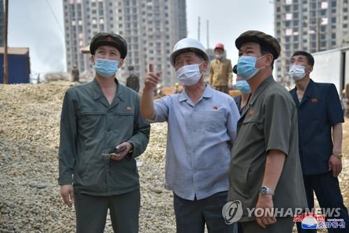 朝鲜总理视察平壤新建住宅工地