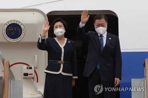 韩总统夫妇启程赴英