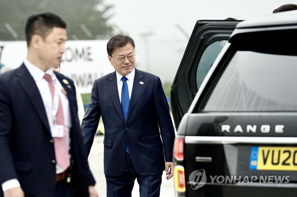 当地时间6月11日下午,韩国总统文在寅(右)夫妇抵达英国康沃尔纽基机场后前往下榻酒店。 韩联社